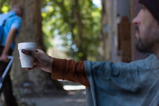Бездомный человек просит денег Бесплатные Фотографии