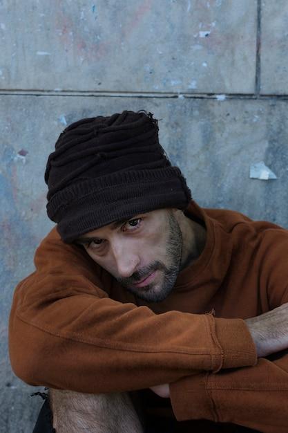 Высокий вид бездомного в грязной одежде Бесплатные Фотографии