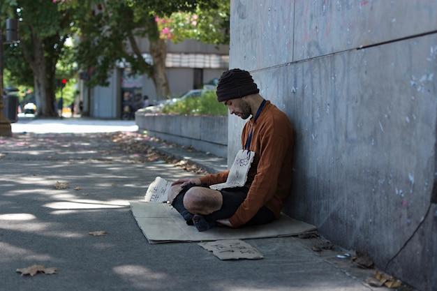 Боком нищий просит денег у незнакомцев Бесплатные Фотографии