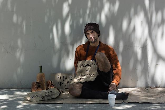 Бездомный мужчина с алкоголем Бесплатные Фотографии