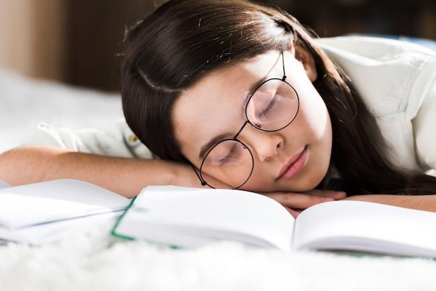 眠っている眼鏡を持つ若い女の子をクローズアップ 無料写真