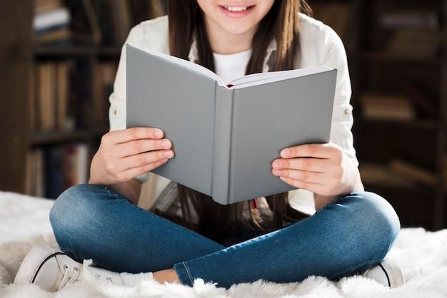 本を読んでクローズアップ若い女の子 無料写真