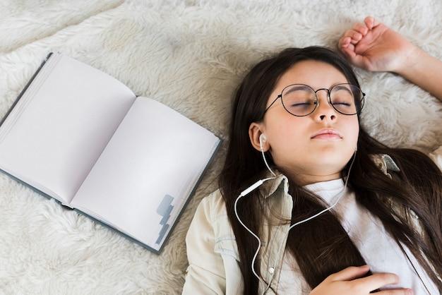 昼寝をして疲れている若い女の子をクローズアップ 無料写真
