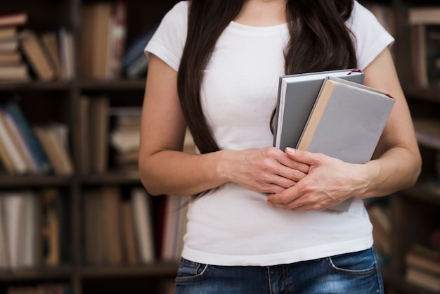 小説本を保持しているクローズアップの若い女性 無料写真