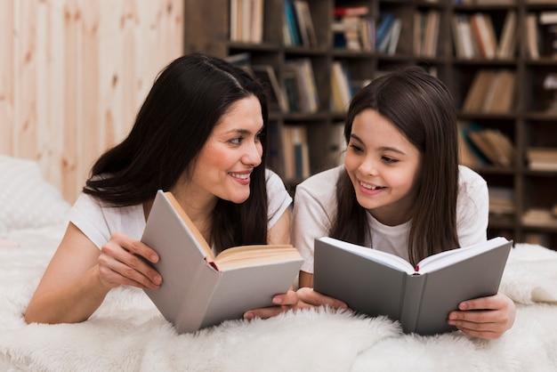 美しい女性と少女は本を読んで 無料写真