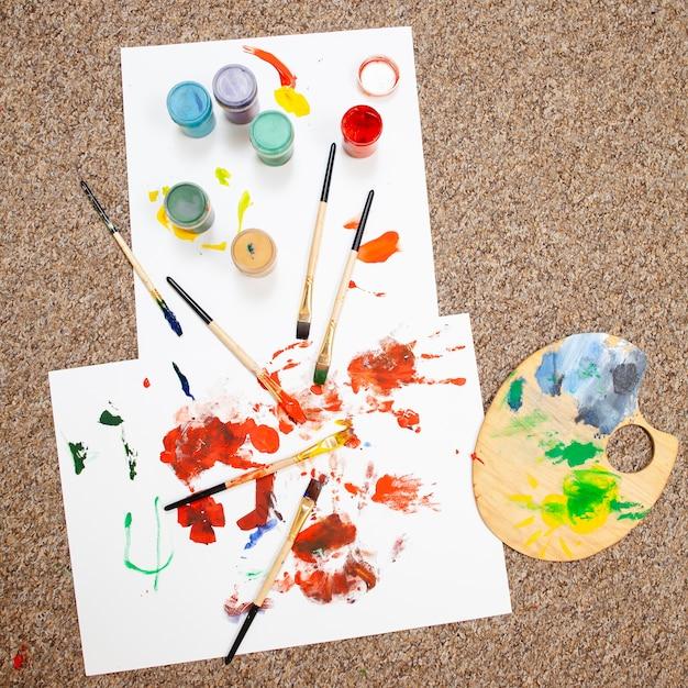 Вид сверху картины, выполненной детьми с синдромом дауна Бесплатные Фотографии