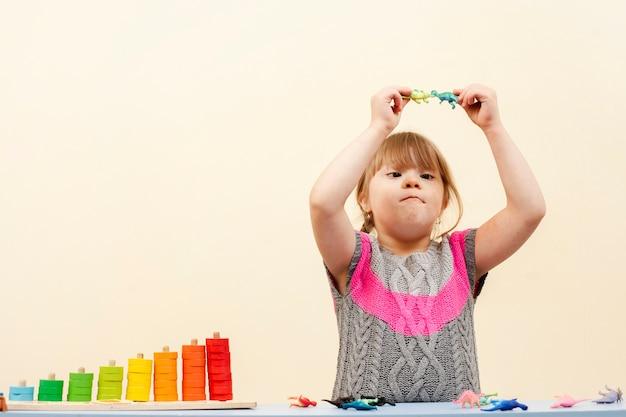 Девушка с синдромом дауна играет Бесплатные Фотографии
