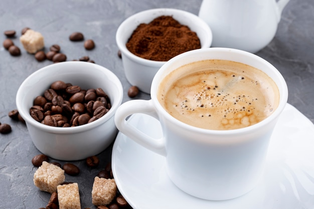 Вид спереди кофейной чашки и бобов Бесплатные Фотографии