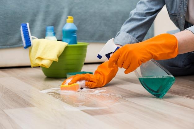 床を掃除する女性の側面図 無料写真