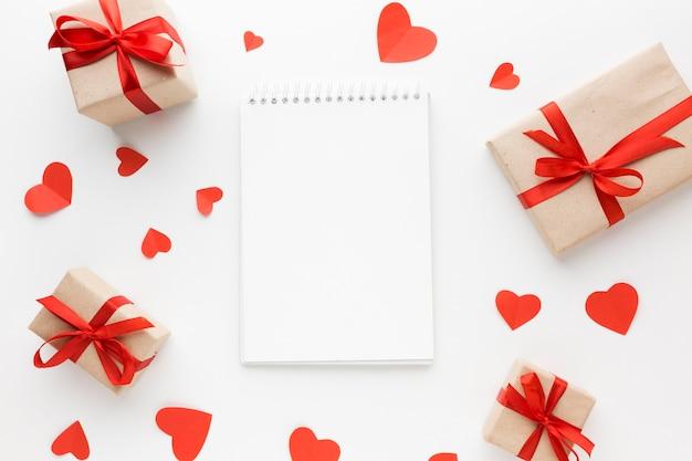 心とノートとプレゼントのトップビュー 無料写真