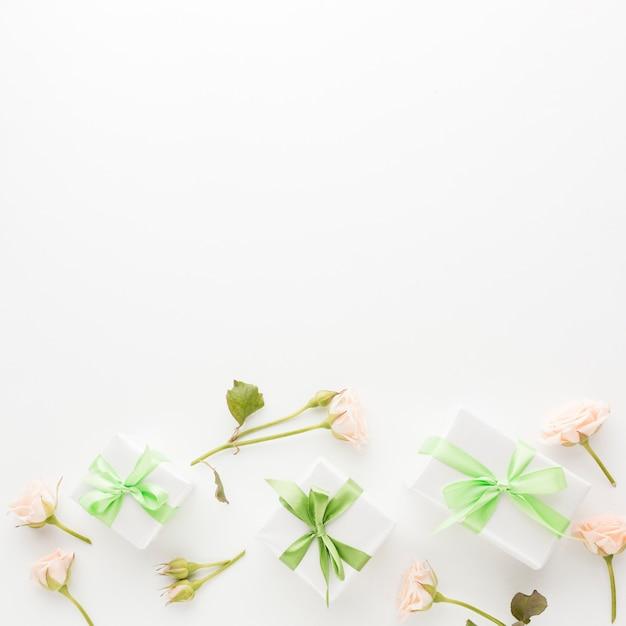 プレゼントとコピースペースとバラのトップビュー 無料写真