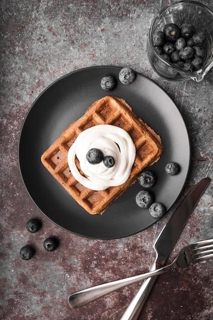 Вид сверху бельгийские вафли с черникой Бесплатные Фотографии