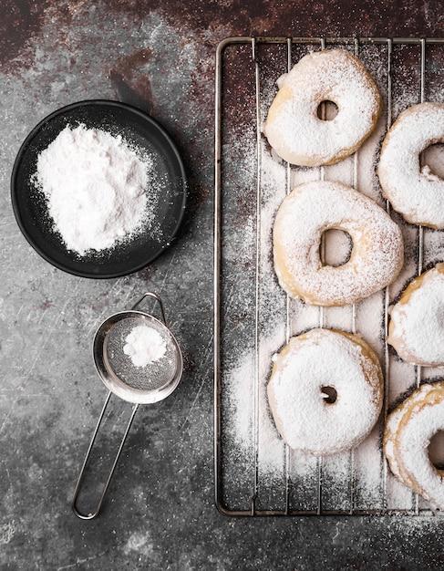 Вид сверху пончики с сахарной пудрой Бесплатные Фотографии