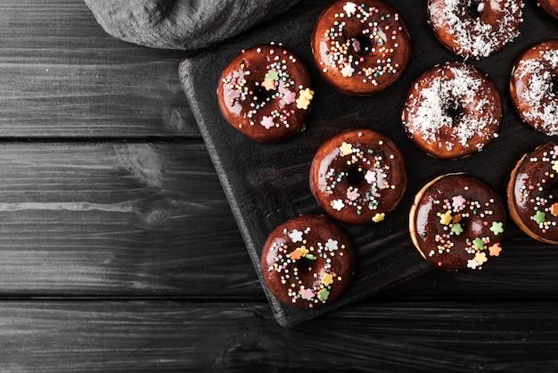 Вид сверху пончики с глазурью Бесплатные Фотографии