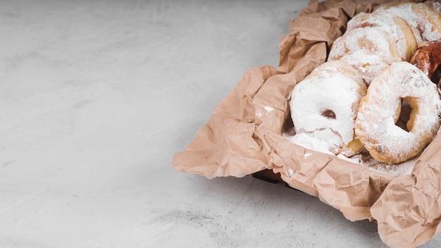 Крупным планом пончики с сахарной пудрой Бесплатные Фотографии