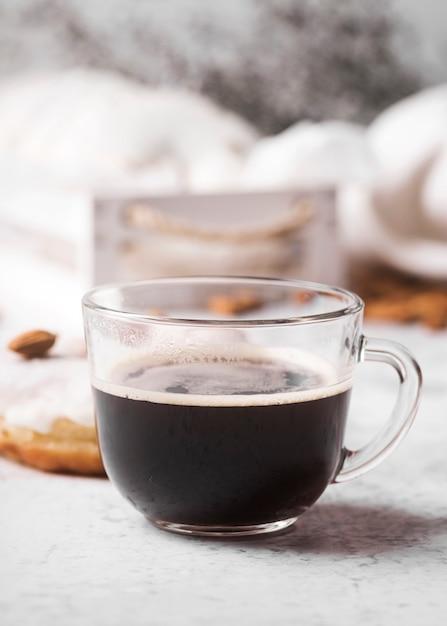 Макро чашка кофе с пончиком Бесплатные Фотографии