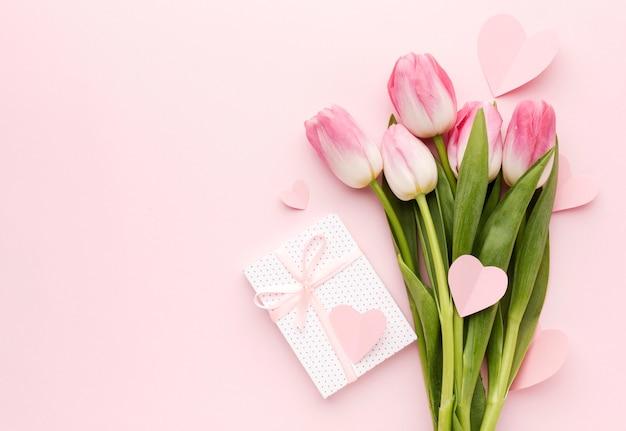チューリップの花束とギフト 無料写真