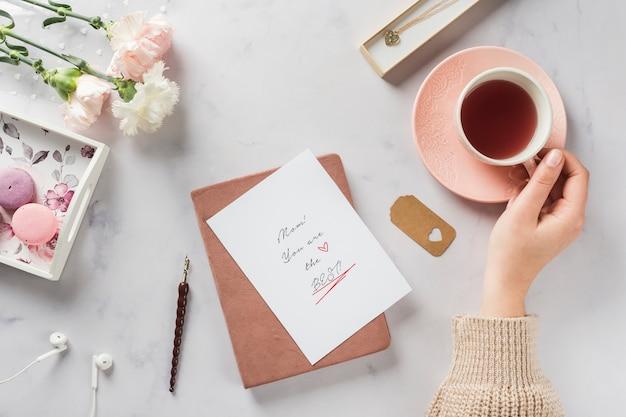 お茶飲料トップビューを持っている手 無料写真