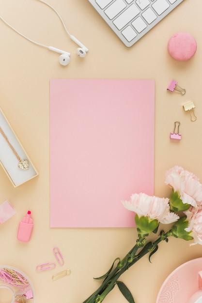 Пустая открытка и цветы лежали Бесплатные Фотографии