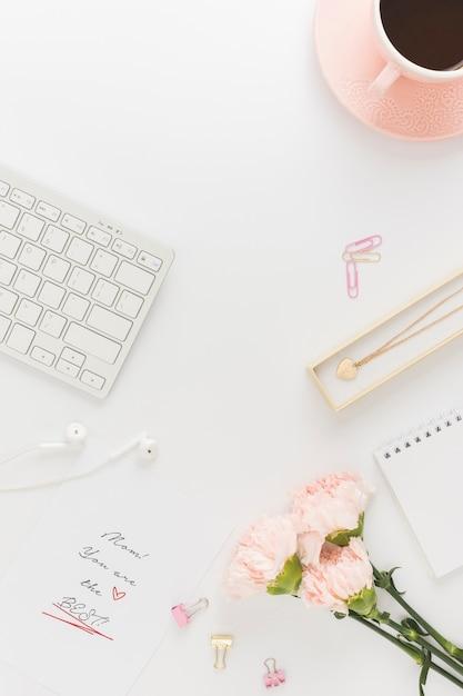 花とキーボードのトップビュー 無料写真