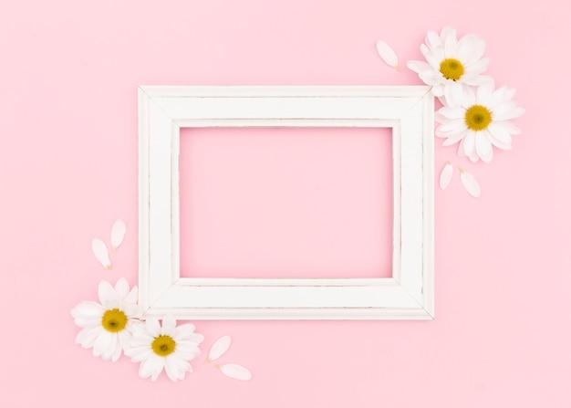 コピースペースを持つ白いフレームのフラットレイアウト 無料写真
