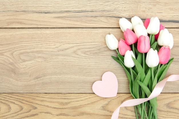 心とチューリップの花束のフラットレイアウト 無料写真