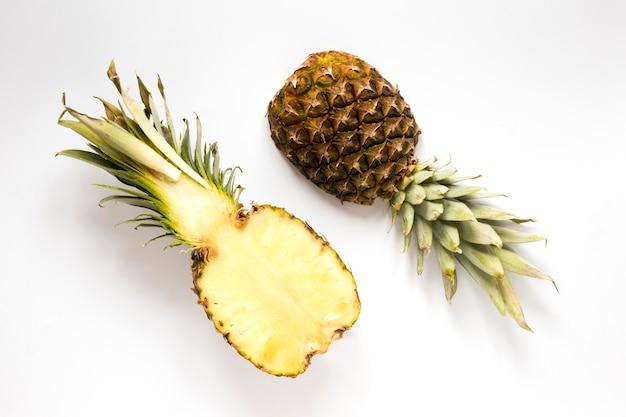 Вид сверху свежий ананас на столе Бесплатные Фотографии