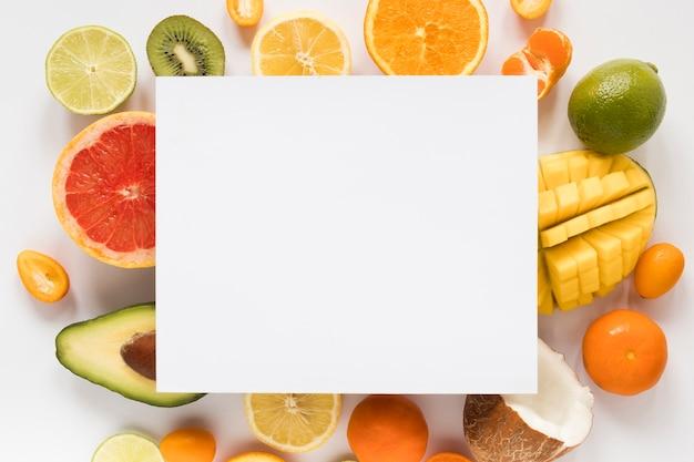 Вид сверху выбор экзотических фруктов с пустым знаком Бесплатные Фотографии