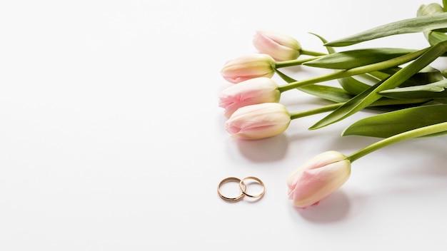 トップビューチューリップと婚約指輪 無料写真