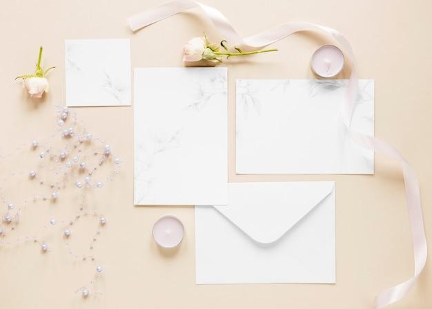 トップビューのエレガントな結婚式の招待状 無料写真