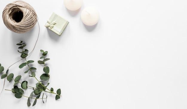 コピースペースキャンドルとささやかな贈り物 無料写真