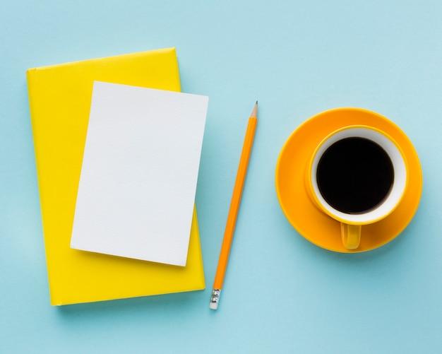 空白のカードとコーヒーのトップビュー 無料写真