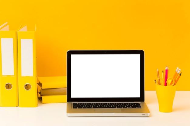 Пустой ноутбук на столе вид спереди Бесплатные Фотографии