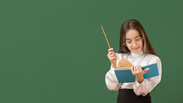 Милая девушка, чтение книги копией пространства Бесплатные Фотографии