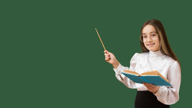Девушка, указывая на доске Бесплатные Фотографии