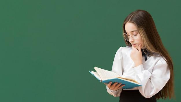 本コピースペースを読んでいる若い女の子 無料写真