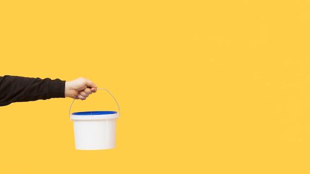 Рука держит настенную роспись ведро Бесплатные Фотографии