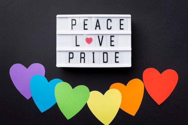 Радужный сердечный флаг и мотивационная цитата Бесплатные Фотографии