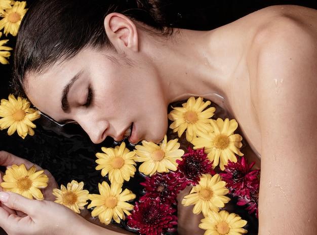 Молодая женщина наслаждается терапевтическим лечением Бесплатные Фотографии