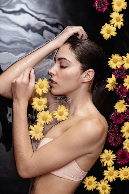 Красивая женщина, наслаждаясь день в оздоровительном спа-центре Бесплатные Фотографии