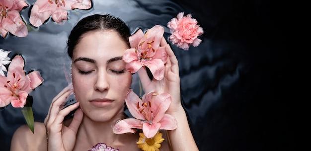 健康を楽しんでいる若い女性の肖像画 無料写真