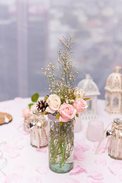Композиция с цветами на столе Бесплатные Фотографии