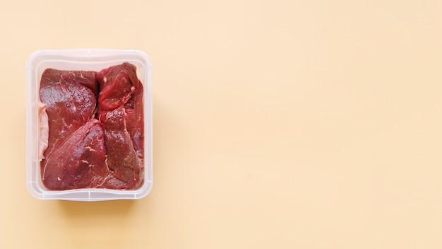 コピースペースを持つ生肉のトップビュー 無料写真