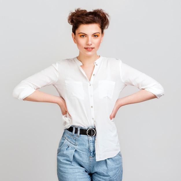 腰に腕を保持している美しい女性 無料写真
