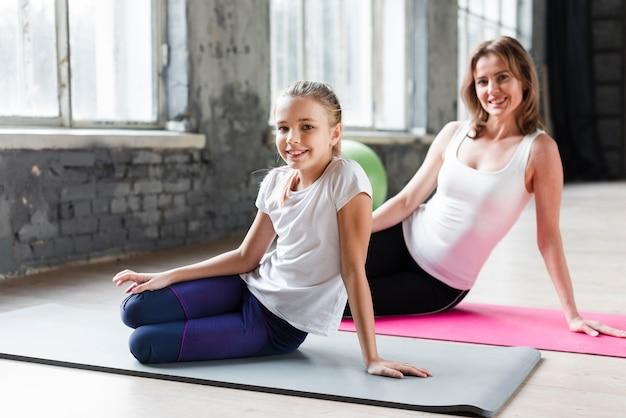 Мать и дочь практикующих йогу Бесплатные Фотографии