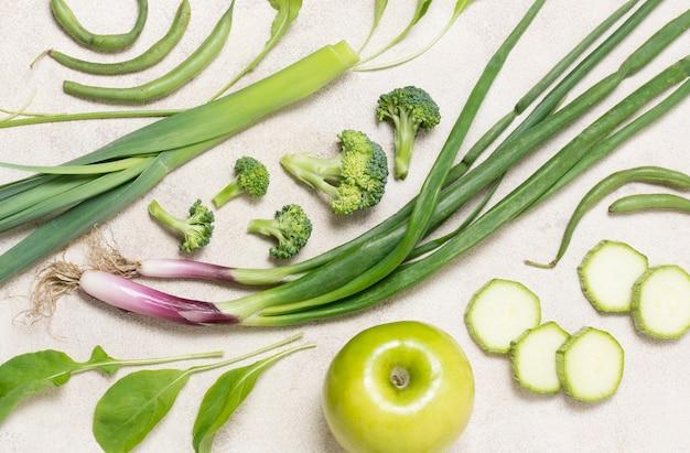 Крупный план органических овощей и яблок на столе Бесплатные Фотографии