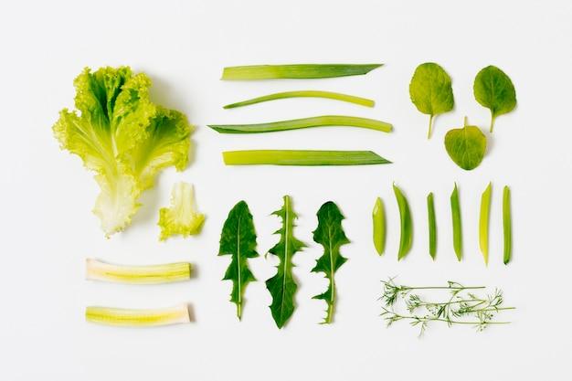 Вид сверху органический салат и листья на столе Бесплатные Фотографии