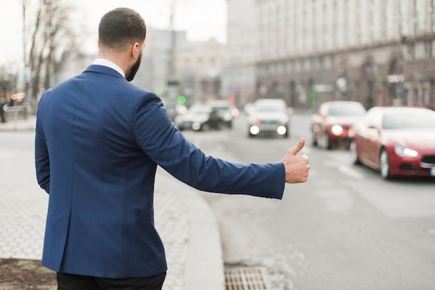 タクシーをこするビジネスマン 無料写真
