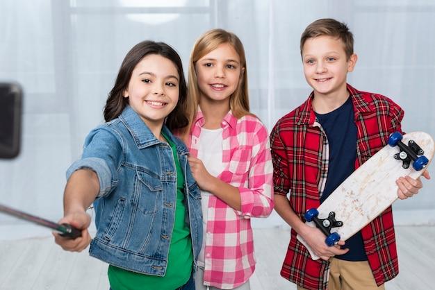 自分撮りを撮るスマイリーの子供たち 無料写真