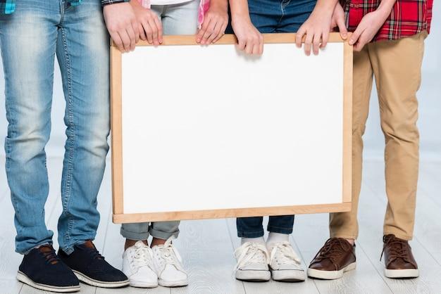 Крупным планом дети держат рамку Бесплатные Фотографии